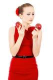 Το κορίτσι στο κόκκινο φόρεμα που κρατά τη Apple Στοκ εικόνα με δικαίωμα ελεύθερης χρήσης