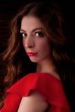 Το κορίτσι στο κόκκινο φόρεμα Στοκ Εικόνες