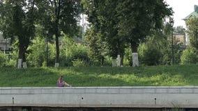 Το κορίτσι στο πάρκο γράφει στο προσωπικό ημερολόγιό της απόθεμα βίντεο