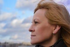 Το κορίτσι στο πάρκο η πόλη του Μινσκ στοκ φωτογραφίες
