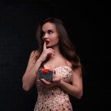 Το κορίτσι στο ρόδινο φόρεμα κρατά ένα κιβώτιο δώρων Στοκ Εικόνα