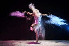 Το κορίτσι στο σύννεφο σκόνης χρώματος θέτει χαριτωμένα στο εσωτερικό Στοκ φωτογραφίες με δικαίωμα ελεύθερης χρήσης