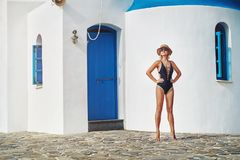 Το κορίτσι στο υπόβαθρο ενός παλαιού κτηρίου στοκ φωτογραφία με δικαίωμα ελεύθερης χρήσης