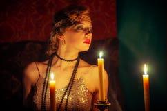 Το κορίτσι στο φόρεμα βραδιού με boa από το φως ιστιοφόρου στοκ φωτογραφίες με δικαίωμα ελεύθερης χρήσης