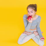 Το κορίτσι στο λωτό θέτει την κατανάλωση του μήλου Στοκ φωτογραφίες με δικαίωμα ελεύθερης χρήσης