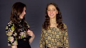 Το κορίτσι στραγγαλίζει κοροϊδευτικά τη φίλη απόθεμα βίντεο