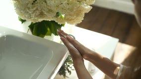 Το κορίτσι συμπιέζει τον αφρό που πλένει σε ετοιμότητα και τον τρίβει, προϊόν υγιεινής φιλμ μικρού μήκους