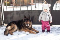 Το κορίτσι συναντά ένα σκυλί στο χειμερινό περίπατο Στοκ φωτογραφίες με δικαίωμα ελεύθερης χρήσης