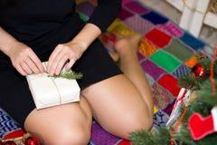 Το κορίτσι συσκευάζει τα δώρα κοντά σε ένα χριστουγεννιάτικο δέντρο Στοκ φωτογραφίες με δικαίωμα ελεύθερης χρήσης