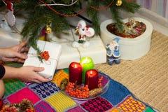 Το κορίτσι συσκευάζει τα δώρα κοντά σε ένα χριστουγεννιάτικο δέντρο Στοκ φωτογραφία με δικαίωμα ελεύθερης χρήσης
