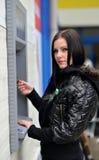 Το κορίτσι σύρει έξω τα χρήματα σε μετρητά ATM Στοκ εικόνα με δικαίωμα ελεύθερης χρήσης