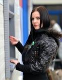 Το κορίτσι σύρει έξω τα χρήματα σε μετρητά ATM Στοκ Φωτογραφία