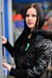 Το κορίτσι σύρει έξω τα χρήματα σε μετρητά ATM Στοκ φωτογραφία με δικαίωμα ελεύθερης χρήσης