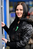 Το κορίτσι σύρει έξω τα χρήματα σε μετρητά ATM Στοκ Φωτογραφίες