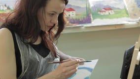 Το κορίτσι σύρει μια εικόνα φιλμ μικρού μήκους