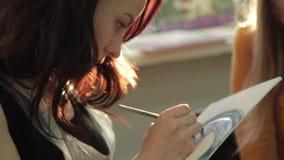 Το κορίτσι σύρει μια εικόνα απόθεμα βίντεο