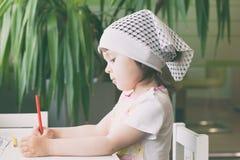 Το κορίτσι σύρει στα χρωματισμένα μολύβια στοκ φωτογραφία με δικαίωμα ελεύθερης χρήσης
