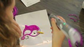 Το κορίτσι σύρει το τρισδιάστατο μολύβι απόθεμα βίντεο