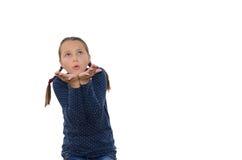 Το κορίτσι τεντώνει τα χέρια μπροστινά και που ζητούν μια άποψη ανατρέχοντας Στοκ φωτογραφία με δικαίωμα ελεύθερης χρήσης