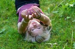 Το κορίτσι τεντώνει τα χέρια της Στοκ Φωτογραφίες
