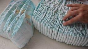 Το κορίτσι την κρατά παραδίδει έναν σωρό με τις πάνες μωρών, κινηματογράφηση σε πρώτο πλάνο φιλμ μικρού μήκους