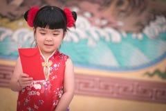 Το κορίτσι της Κίνας στο κινεζικό φόρεμα με το κινεζικό υπόβαθρο ναών Στοκ φωτογραφία με δικαίωμα ελεύθερης χρήσης