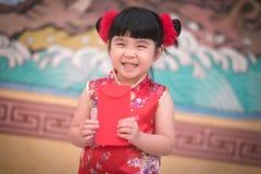 Το κορίτσι της Κίνας στο κινεζικό φόρεμα με το κινεζικό υπόβαθρο ναών Στοκ Εικόνες