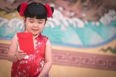 Το κορίτσι της Κίνας στο κινεζικό φόρεμα με το κινεζικό υπόβαθρο ναών Στοκ εικόνες με δικαίωμα ελεύθερης χρήσης