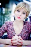 Το κορίτσι της Νίκαιας κάθεται σε έναν καφέ Στοκ Εικόνες