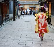 Το κορίτσι της Maiko έντυσε στο κιμονό στο Κιότο στοκ φωτογραφία