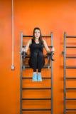 Το κορίτσι τινάζει τον Τύπο που ανυψώνει τα πόδια του επάνω Στοκ φωτογραφία με δικαίωμα ελεύθερης χρήσης