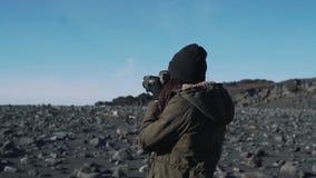 Το κορίτσι τουριστών παίρνει μια φωτογραφία της φύσης της Ισλανδίας ` s φιλμ μικρού μήκους