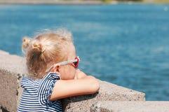 Το κορίτσι το καλοκαίρι σε περίοδο ζέστης στοκ εικόνα