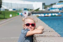 Το κορίτσι το καλοκαίρι σε περίοδο ζέστης στοκ φωτογραφία