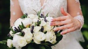 Το κορίτσι τρέχει ήπια τα δάχτυλά της πέρα από μια όμορφη ανθοδέσμη των λουλουδιών Μεγάλη κινηματογράφηση σε πρώτο πλάνο απόθεμα βίντεο