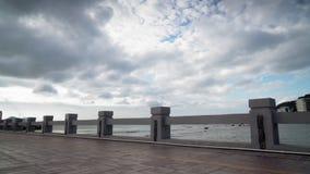 Το κορίτσι τρέχει κοντά στη θάλασσα απόθεμα βίντεο