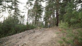 Το κορίτσι τρέχει μέσω του δάσους απόθεμα βίντεο