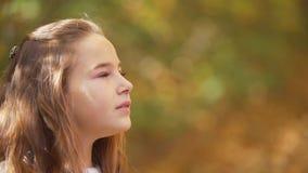 Το κορίτσι τρέχει μέσω του δάσους φιλμ μικρού μήκους