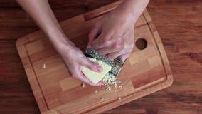 Το κορίτσι τρίβει το τυρί στον ξύστη, τοπ άποψη απόθεμα βίντεο