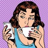 Το κορίτσι Τρίτης εξετάζει το τσάι κατανάλωσης smartphone ή διανυσματική απεικόνιση