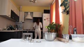 Το κορίτσι τραβά ένα συστατικό από το ψυγείο για το ψήσιμο Μαγειρική προετοιμασία φιλμ μικρού μήκους