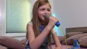 Το κορίτσι τραγουδά το καραόκε απόθεμα βίντεο