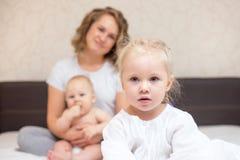 Το κορίτσι τριάχρονων παιδιών είναι ζηλότυπο της λίγος αδελφός στοκ εικόνες