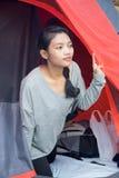 Το κορίτσι τροχόσπιτων κοιτάζει από μια σκηνή στοκ φωτογραφίες