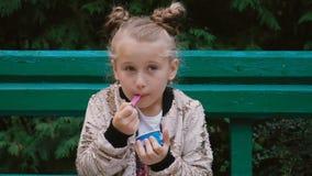 Το κορίτσι τρώει το παγωτό απόθεμα βίντεο