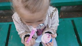 Το κορίτσι τρώει το παγωτό φιλμ μικρού μήκους