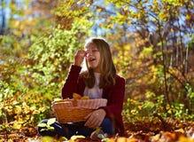 Το κορίτσι τρώει τα φρούτα στη φύση Στοκ Εικόνα