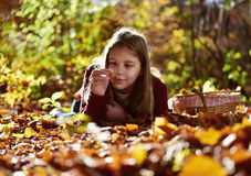 Το κορίτσι τρώει τα φρούτα στη φύση Στοκ εικόνα με δικαίωμα ελεύθερης χρήσης