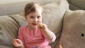 Το κορίτσι τρώει την ξήρανση φιλμ μικρού μήκους