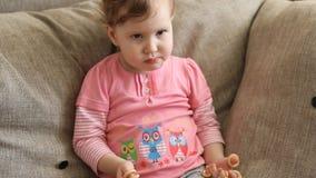 Το κορίτσι τρώει την ξήρανση απόθεμα βίντεο